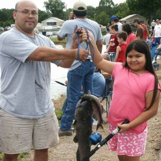 Father_and_daughter_hold_fish - Copy