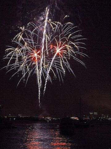 Fireworks_over_San_Diego_bay_on_the_fourth_of_july - Copy